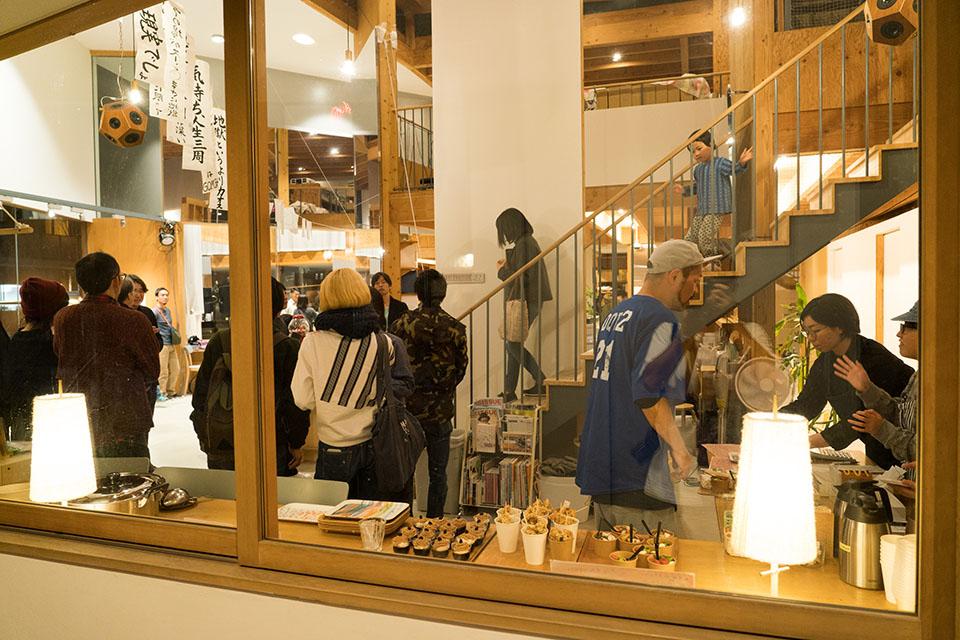 (写真について)〈GoodJob! センター香芝〉の建築を手がけたのは、「o+h/一級建築士事務所」(http://www.onishihyakuda.com/)の大西麻貴(おおにし・まき)さんと百田有希(ひゃくだ・ゆき)さん。何度も奈良へ足を運び、話し合いを重ねながら設計していった。