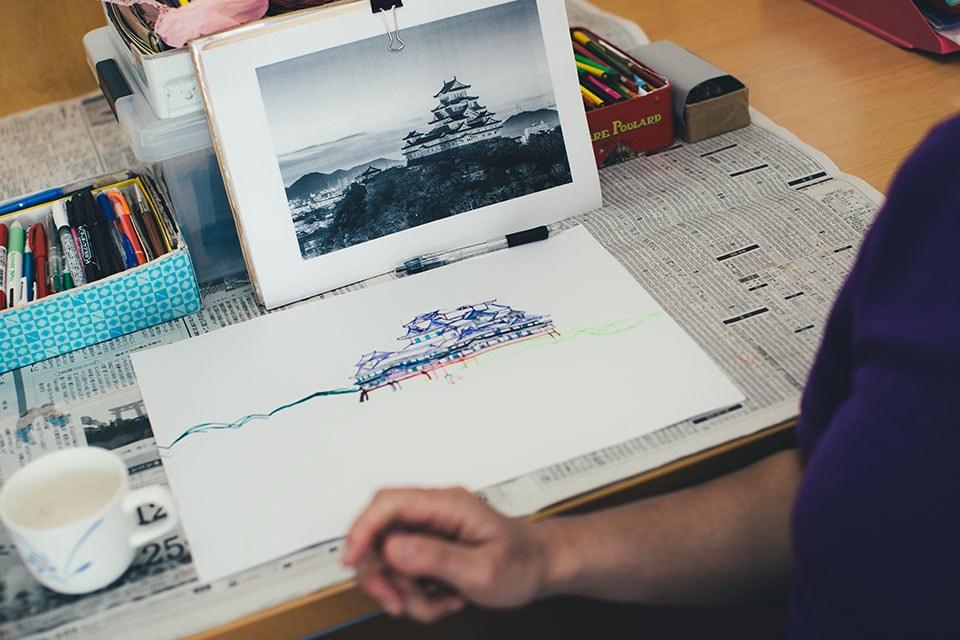 (写真について)この日制作していた絵は「お城」。直線を美しく描く塗さんは、建物の絵がとても得意。