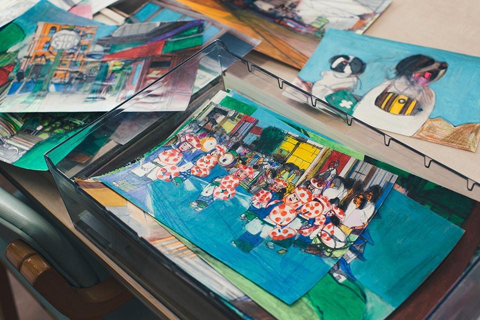 """(写真について)作品の中には、山形の花笠まつりや、地元の仙台駅をモチーフにしていたりと、日常の""""色""""も多く描かれている。"""