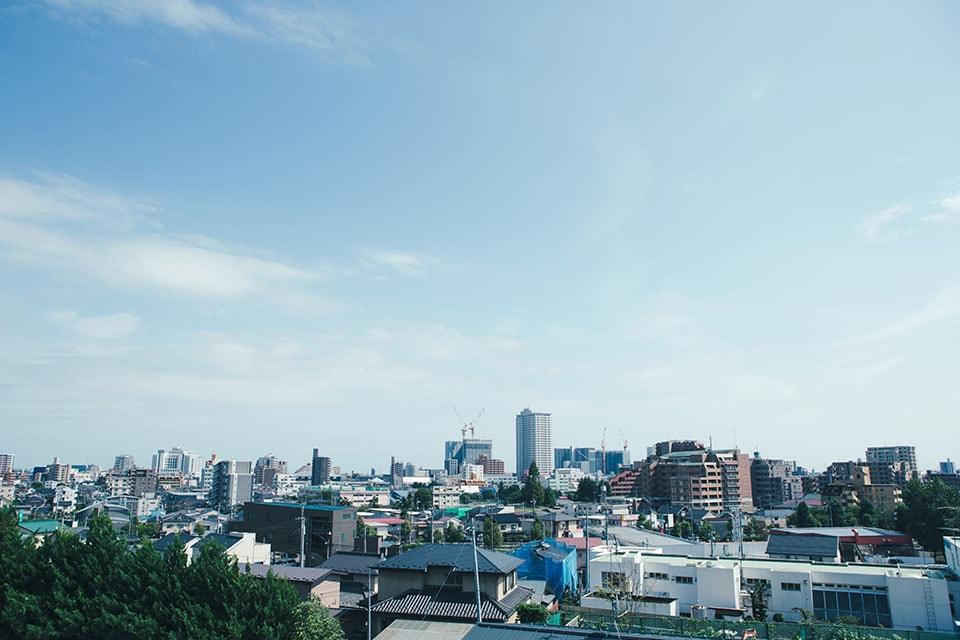 (写真について)仙台駅から車で15分ほどの、学校や住宅に囲まれた環境に位置する「こぶし」。小高い土地にあるので、窓からの眺めも気持ちよい。