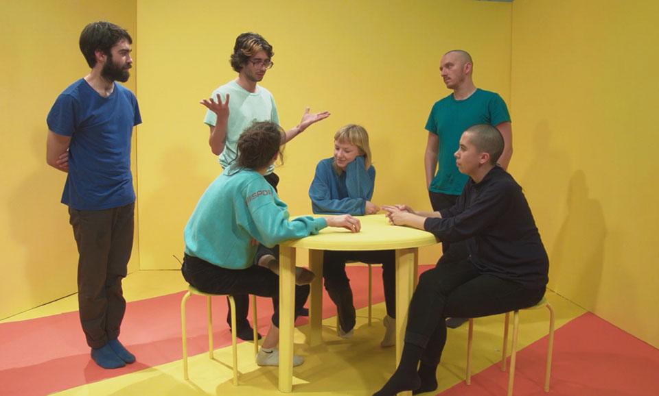 (写真について)Marijn Ottenhof 'Staging Anxiety'(2017)* 〈ビューティフル・ディストレス〉にて、患者さんへのインタビューをベースに台本をつくり、演じた演劇プロジェクト。演者の半数は内容を把握しており、もう半数は把握していない人で構成した。