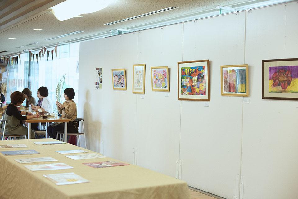 (写真について)〈cafeめしギャラリーさまさま〉のギャラリースペースには、〈わかたけ〉メンバーの作品が展示されている。