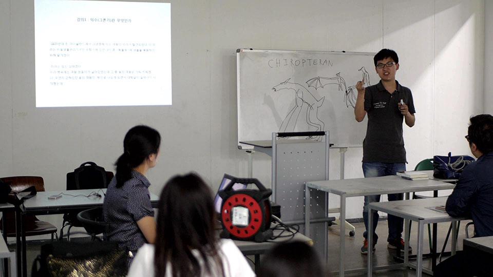 (写真について)美術大学で講義を行うチョン・ジンホさん。*