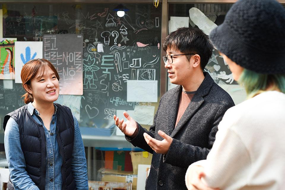 (写真について)スタッフのキム・ソンヒさん(左)。釜山の書店で〈Rawside〉の作品集を手にしたのが出会いだった。