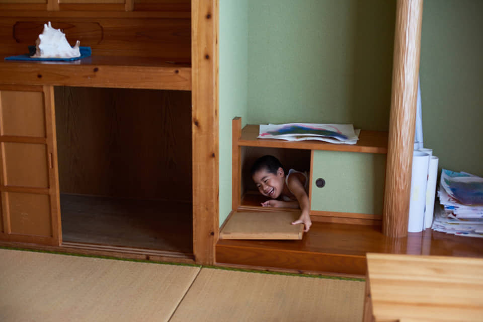 (写真について)子どもたちと施設内で行う「かくれんぼ」遊びも、わらべうたに合わせて。