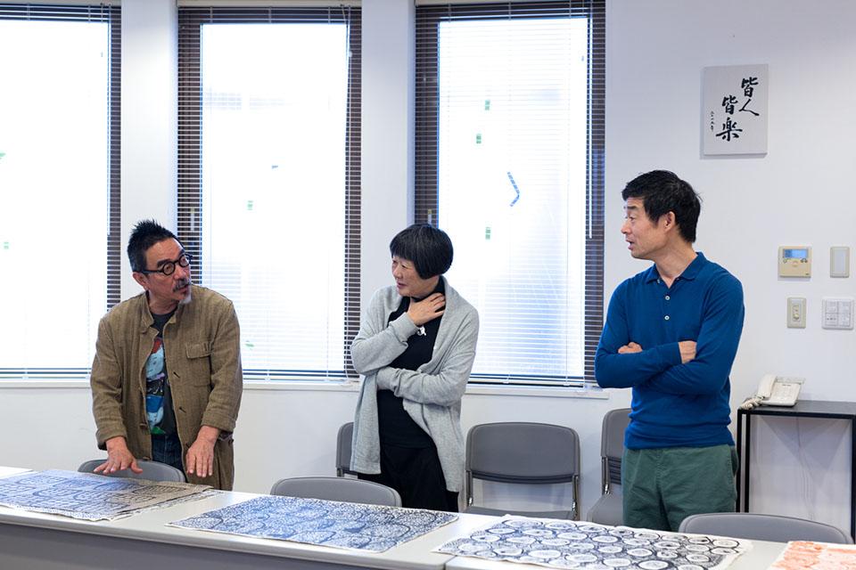 (写真について)左から〈しょうぶ学園〉施設長の福森伸さんと奥様で副施設長の順子さん、皆川さん。Photo: minä perhonen