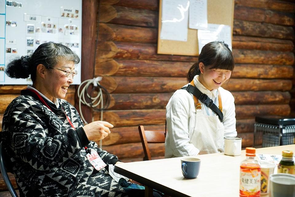 (写真について)清水さんの値札に気づいた〈いこいの家〉の支援員・山崎まゆみさん(左)と、〈風の工房〉のアート担当・宮坂芽衣さん。