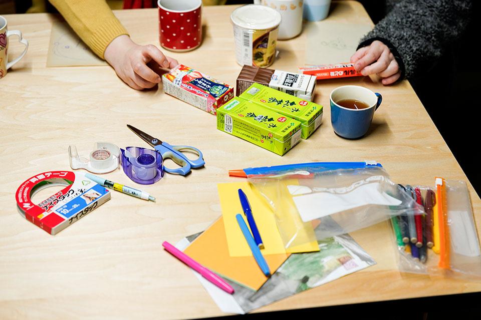 (写真について)清水さんが自前の値札を作るときの道具一式。
