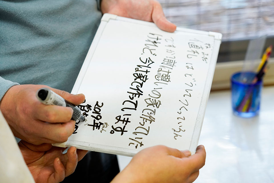 (写真について)「貴久さんは国語力がすごく高いんです。難しい漢字もものすごくよく知っていて、私が漢字を間違えると訂正も入ります(笑)」と山崎さん。