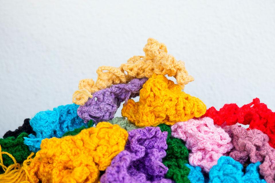 (写真について)かつては編み物でも形の整った手芸作品を編んでいたという保科さんだが、現在は写真のように、きつく編まれた毛糸の数々が独創的な世界観を生み出している。