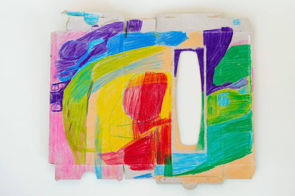 (写真について)保科さんの初期の作品。ティッシュペーパーの箱を解体して描いたドローイング。このように昔は色鉛筆を使ってカラフルに描いていたが、最近は鉛筆を使い、違ったタッチの絵を描いている。
