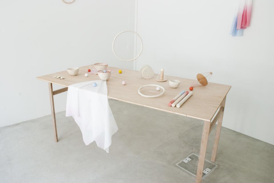 (写真について)インスタレーション作品などを発表する美術家の藤田道子とのコラボレーション展『One Room』(2018)。セラミックと木、糸などを用いた繊細な作品が空間的に配置されている。Photo:SHOKKI