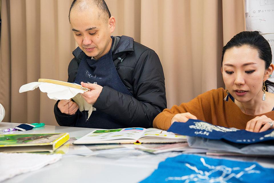 (写真について)〈クラフト工房 La Mano〉で活動する五十嵐朋之さん(左)とスタッフの山川温子さん(右)。