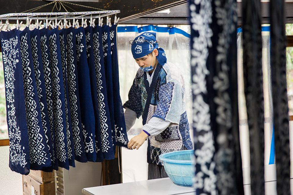 (写真について)アトリエの下の階や別棟では、染めの作業が日々行われていて、色にあふれている。