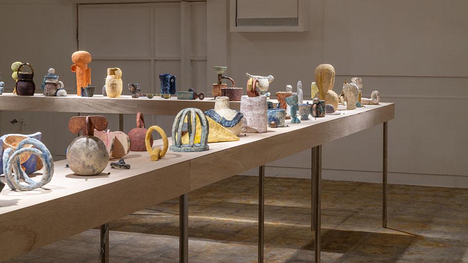 (写真について)2017年の『なんとなく民芸』展から二度目となる、カナダ人アーティストのユニス・ルックとSHOKKIのコラボレーション展『Unfound』(2018)。架空の発掘調査で掘り起こされた物体をテーマに展示を行った。Photo:Fuyumi Murata