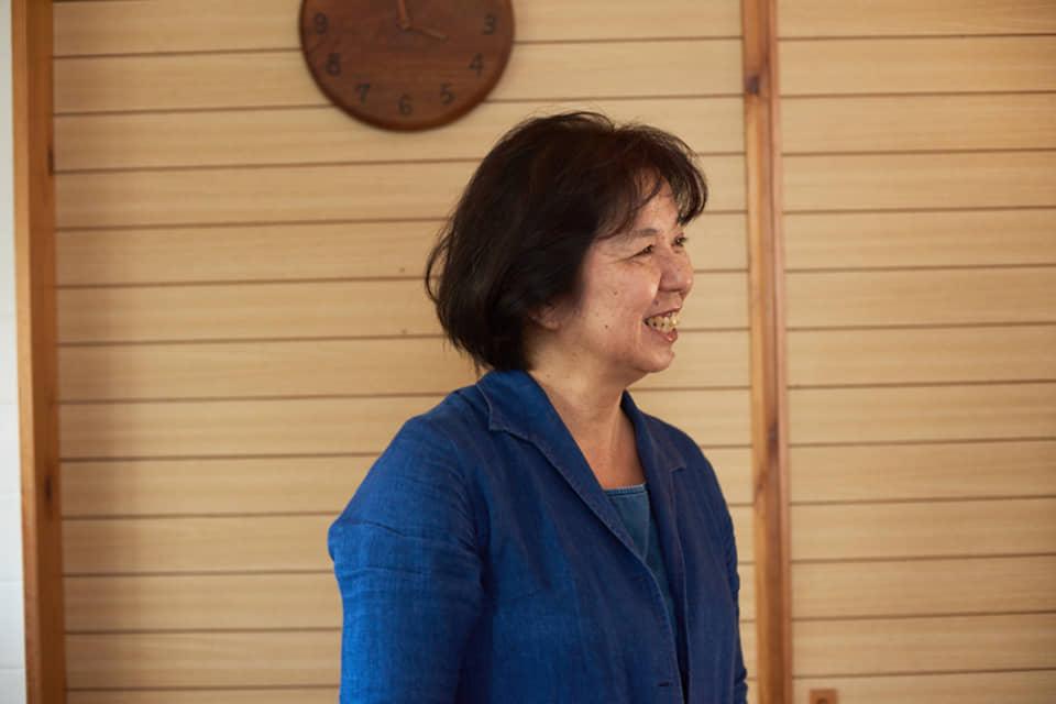 (写真について)施設長の田中美也子さん。沖縄に伝わるわらべうたやお手玉などの遊びの背景にある子育ての文化を研究、紹介している。