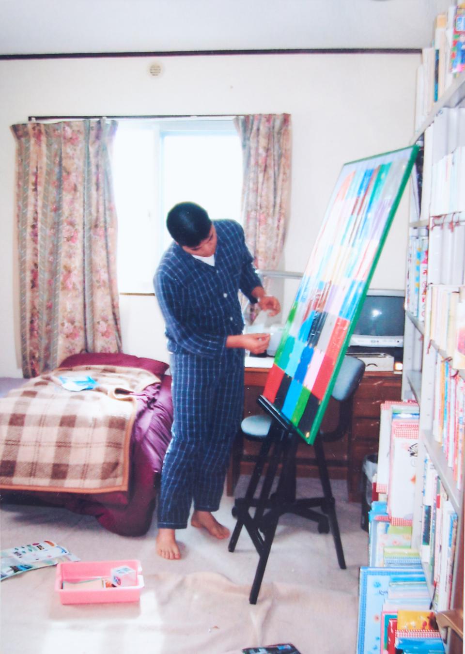 (写真について)自宅新築のための仮住まい中、いつものテーブルがなくて不便だが、イーゼルを立てて制作活動を続行した。