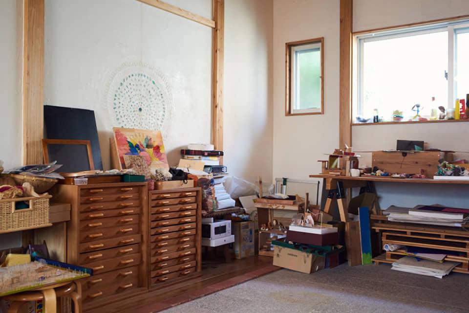 (写真について)中頭郡西原町の〈Atelier みるく〉。子どもたちが自由に創作に取り組めるよう、さまざまな画材や道具類が用意されている。