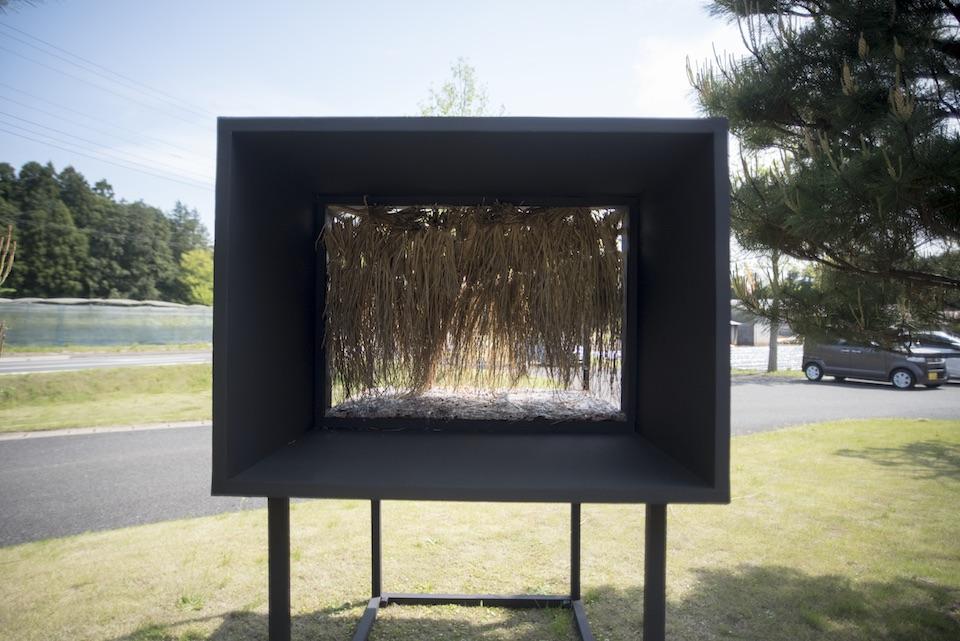 (写真について)牧田沙弥香《色の間 Dark, Listen, Color 》/遊び場/杉皮、藁、合成樹脂、木材 Photo:Takusuke Hokida
