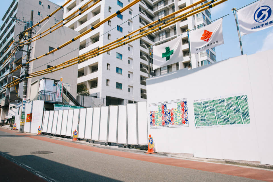(About the photo)Japan Karigakoi Art Project. A region-invigorating art project that reimagines the walls (karigakoi) of construction sites as temporary museums. Photo provided by HERALBONY.