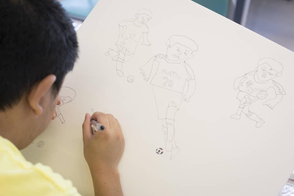 (写真について)下描きなしでさらりと描いていくが、上手くキャンバス内に収まる。頭の中に完成予想図があるのかもしれない。