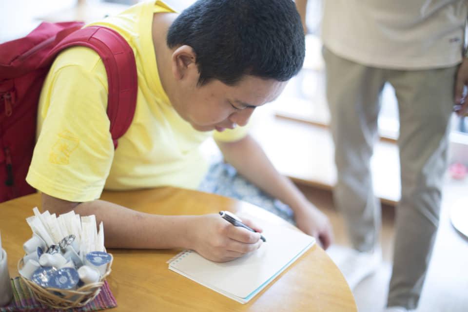 (写真について)帰ろうとする鈴木さんを呼び止めてサインを頼むと、「しょうがないなぁ」といった雰囲気を醸しながらさっと書いてくれた。