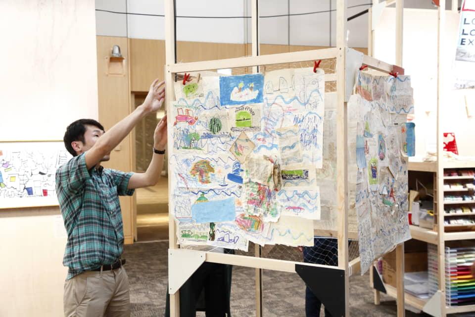 (写真について)占部史人によるスペシャルワークショップ「航海図を描こう!」の様子
