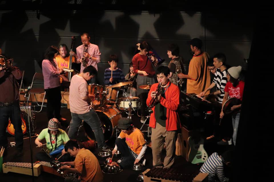 (写真について)『大友良英と音遊びの会』 写真提供:音遊びの会