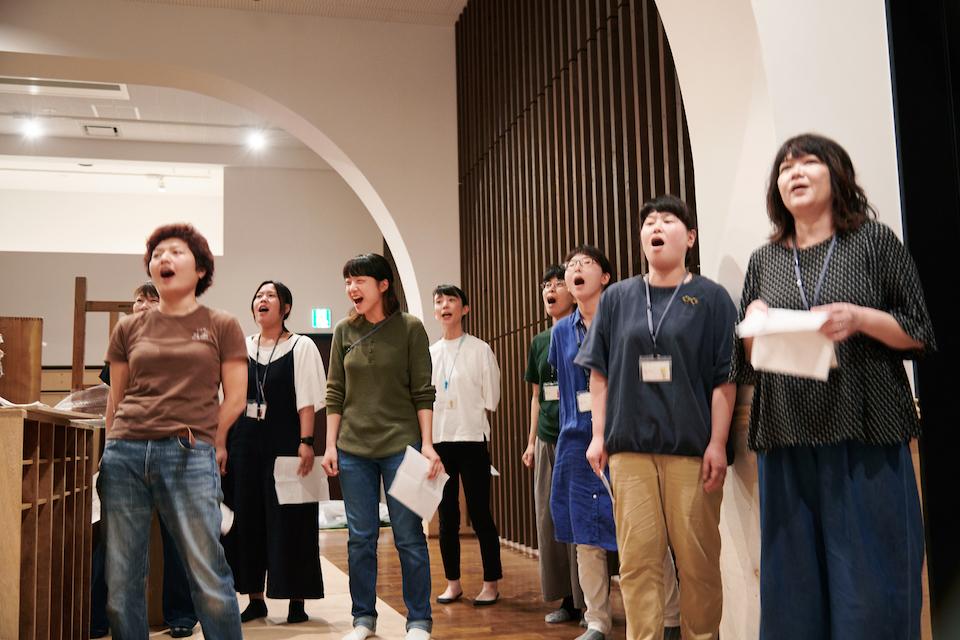 (写真について)無目的に叫ぶ「orabu」は新人職員の登竜門。今年の新人はこの日が初練習ながら堂々たる叫びっぷり。