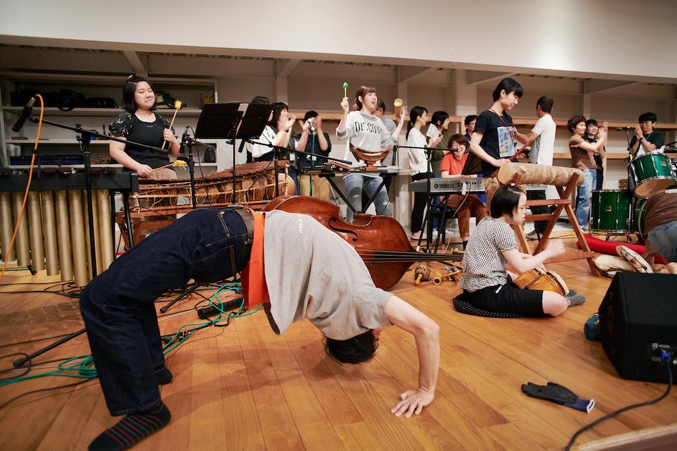 (写真について)キレのある踊りをみせる小松尾彰さんによるブリッジ。