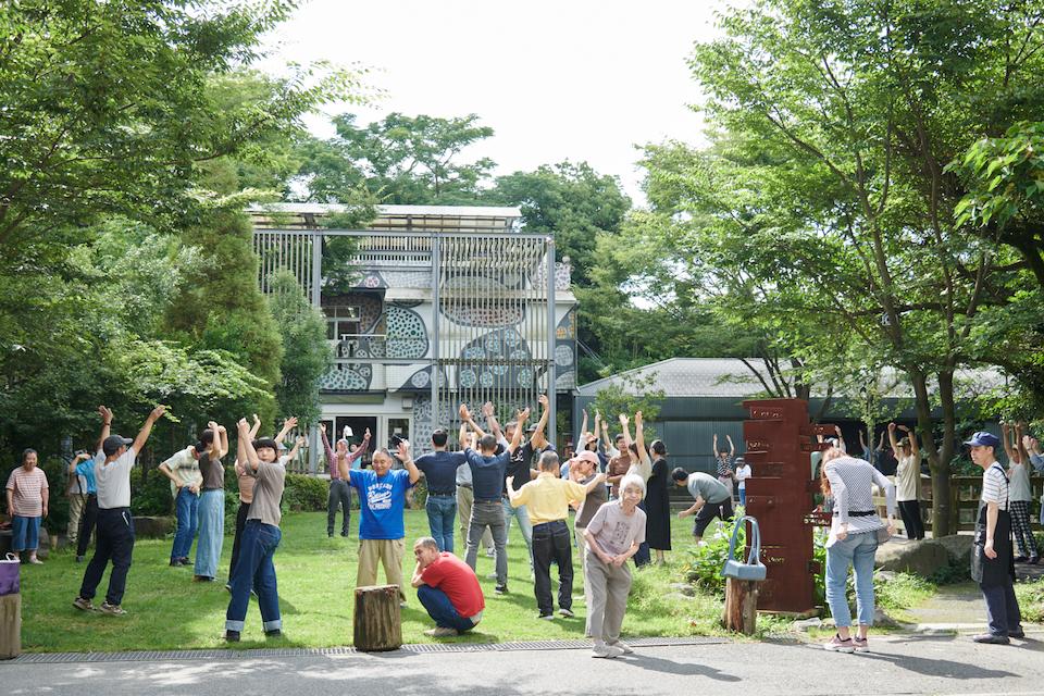 (写真について)〈しょうぶ学園〉の朝は、園内を掃除したあと、ラジオ体操を行う。そのやりかたは、みんなそれぞれ。