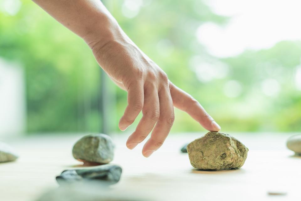 (写真について)MATHRAX 〔久世祥三+坂本茉里子〕《いしのこえ》 2016年 メディアアート 海岸で見つけた,なぜか気になってしまう石を用いて,触れる,聴くをテーマにした作品。人の触覚が志向する先にあるものを垣間見るインスタレーション。