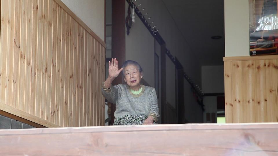 (写真について)山城大督 《佐藤初女 2014年9月30日》 2014年 映像 青森県岩木山のふもとにて,「森のイスキア」を主宰していた佐藤初女さん(2016年2月1日死去。94歳)。その主な活動は,訪れる人々に「食事」と「対話」の場を提供すること。仕込みから,招き入れ,食事,対話,見送りまでの一連の活動を記録した映像作品。映像シリーズ「行為の記録」のうちの1編。