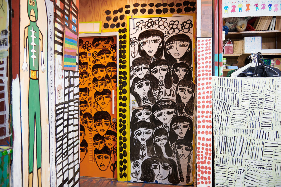 (About the photo)Paintings on the door of Washi / Painting Workshop. The work in the center with male and female characters are by Unoki.