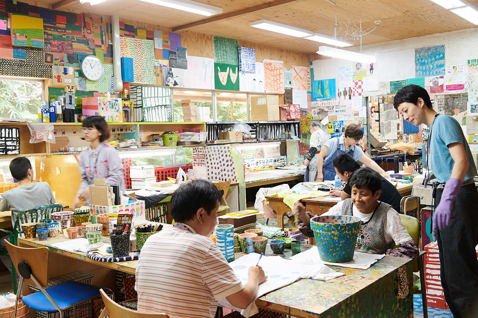 (About the photo)Everyone enjoying making art at their own pace at the Washi / Painting Workshop.