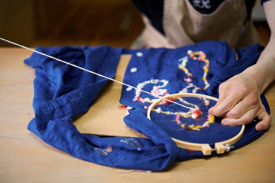 (写真について)縫い付けた糸を何度も繰り返しすくっては縫うことを繰り返す。