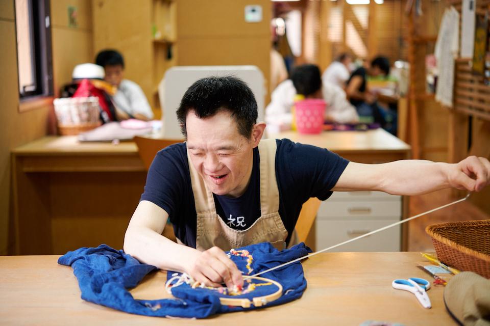 (写真について)左へと糸を引くときは左手で。