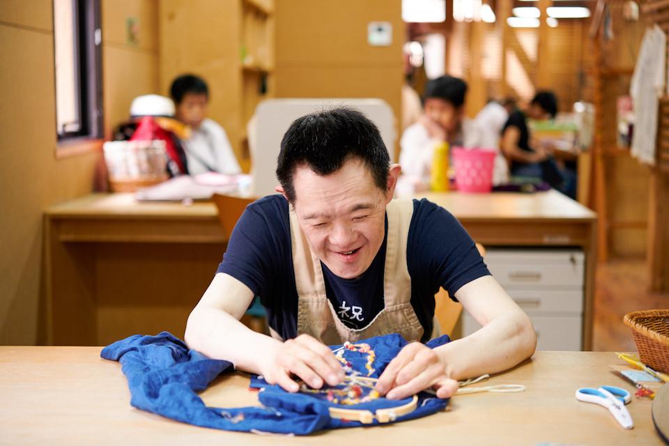 (写真について)布や糸に針をとおして……、
