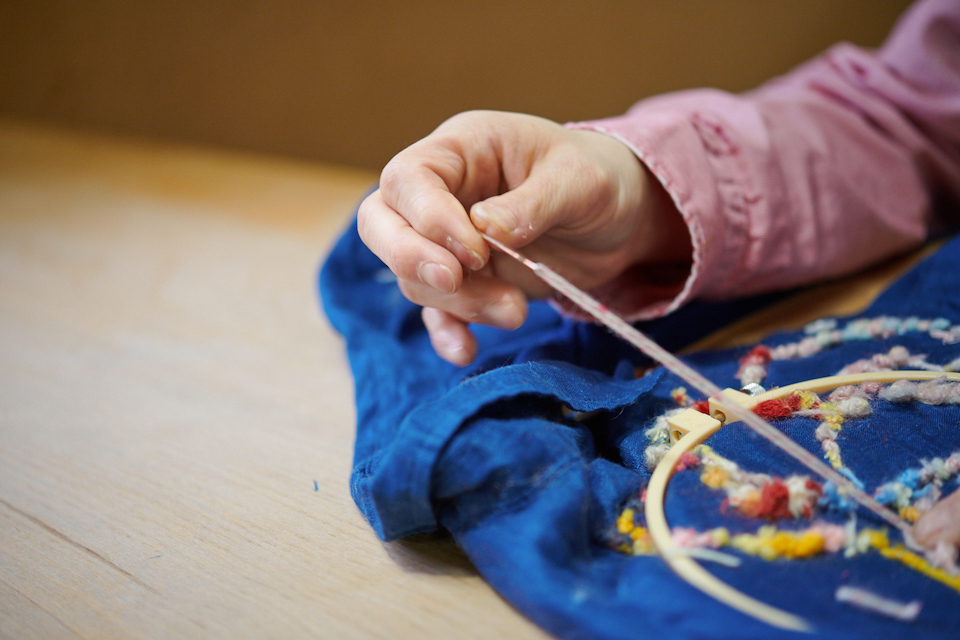 (写真について)刺繍は枠を使って行う。