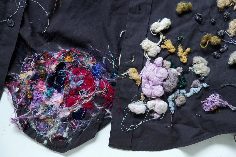 (写真について)「無題」 綿シャツ・絹糸/2005