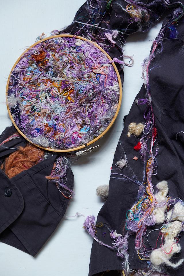(写真について)細い絹糸で刺繍しているうちに木枠まで縫い付けてしまった作品。ここまでふわふわになるまで、何度糸をすくったのだろう。