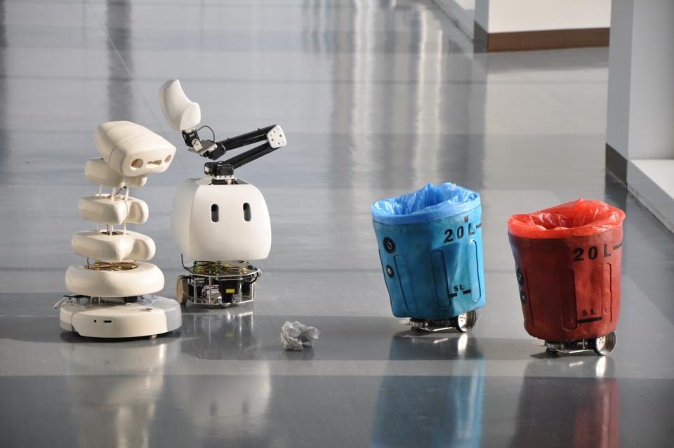 (写真について)豊橋技術科学大学 ICD-LAB《弱いロボット》