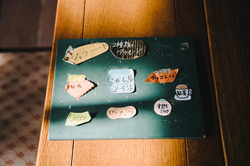 (写真について)手作りジャラートのメニュー看板は、〈やまねこ工房〉の所属の人たちによる手作り。