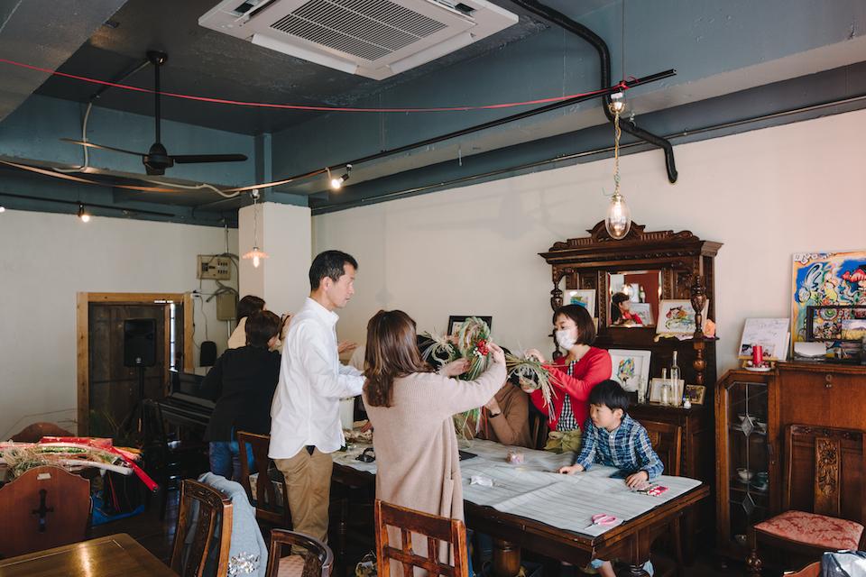 (写真について)取材に訪れたこの日、〈花屋そらうみ〉のオーナー財前信冶さんによる、お正月のしめ縄飾りのワークショップが行われていた。
