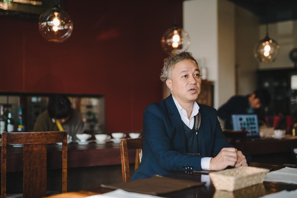 (写真について)ジャズのサックス奏者でもある古山圭二さん。カフェ店内に流れるBGMは、レコード盤による昔ながらのアナログ音源。