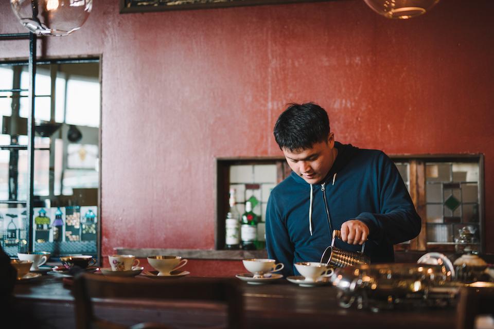 (写真について)グァテマラが主軸のハウスブレンドコーヒーを淹れてくれた安部さん。