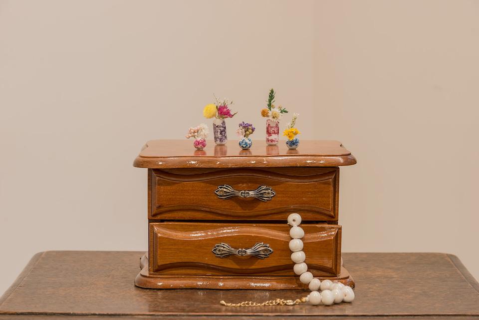 (写真について)《Vase》2017 陶器のネックレス、ドライフラワー、アクセサリーボックス、トールペイント Courtesy of the artist
