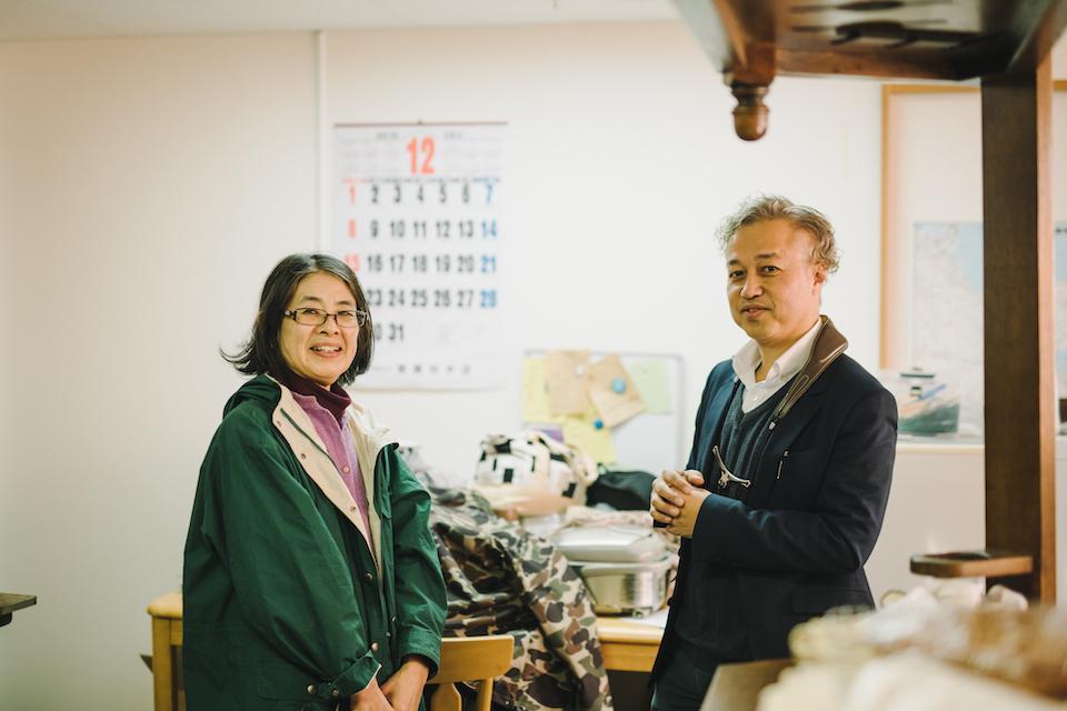 (写真について)大分駅から車で約10分のところに、古山圭二さん(右)が運営する就労支援施設〈やまねこ工房〉はある。写真左の杉崎珠美さんは、安部さんが小1〜3年まで絵画教室で絵を教えてくれていた先生。現在も〈やまねこ工房〉に見にきてくれる。