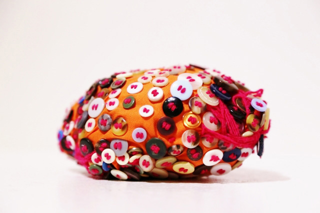 (写真について)《オレンジの玉》2014 糸、布、ボタン Courtesy of the artist and ATELIER YAMANAMI
