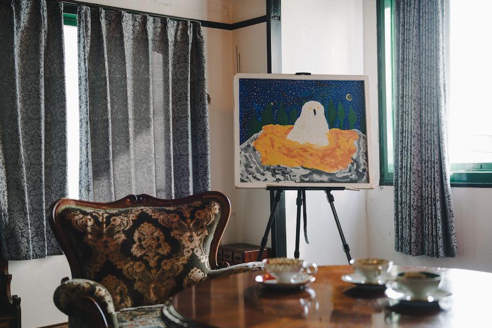 (写真について)〈やまねこ工房〉で安部さんが最初に描いた作品「白梟」/アクリル絵具・キャンバス/800×690mm/2016年。